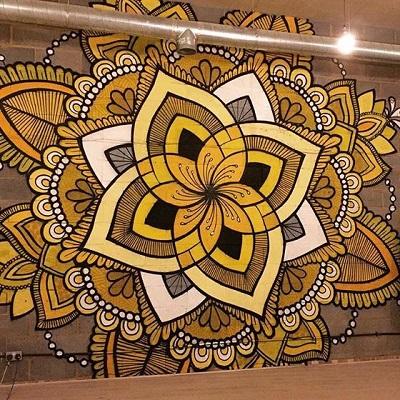 Mural mandala en una sala de yoga