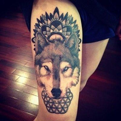 tatuaje de un lobo mandala