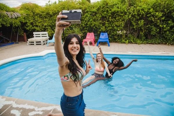 Este verano disfruta con tus amigas en la piscina