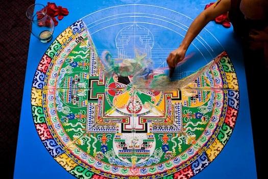 Destrucción de un mandala tibetano