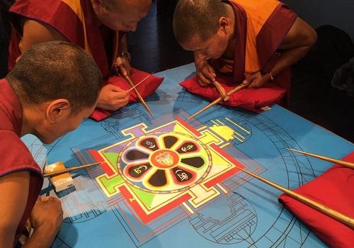 Monjes budistas haciendo un mandala de arena