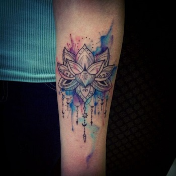Tatuaje flor de loto en el brazo