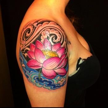 Tatuaje flor de loto hombro