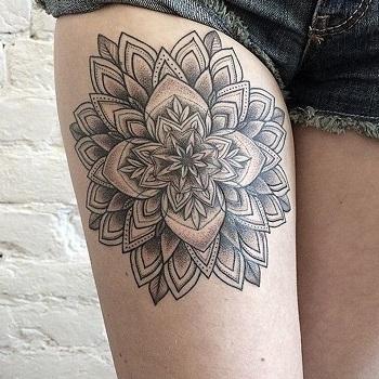 Tatuaje flor de loto pierna
