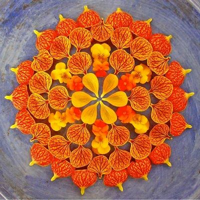 mandala coloreada con flores naranjas