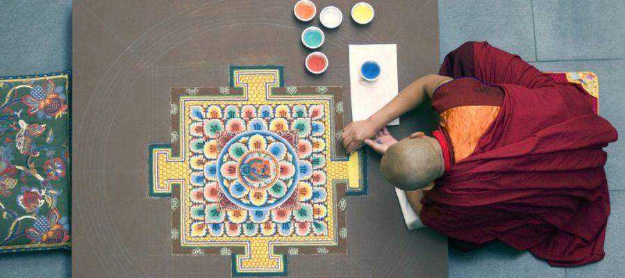 Un monje budista realizando un mandala